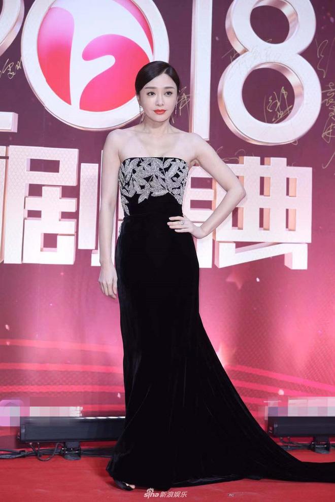 """Đi thảm đỏ """"gắt"""" như Hoàng hậu Tần Lam: Khoe vòng một căng đầy, quyến rũ đến nghẹt thở giữa thời tiết giá rét - Ảnh 2"""