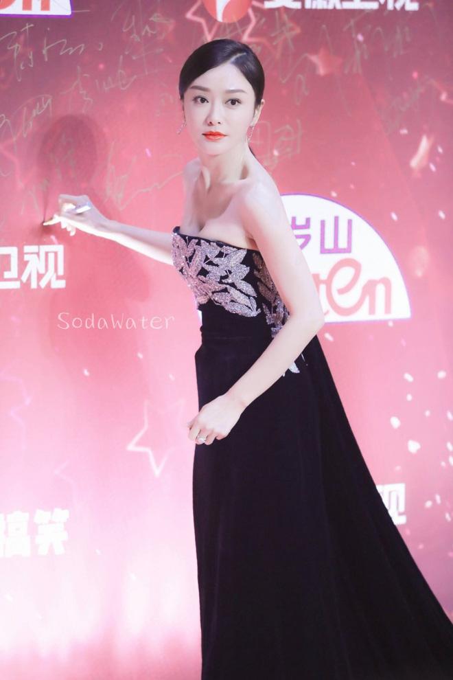 """Đi thảm đỏ """"gắt"""" như Hoàng hậu Tần Lam: Khoe vòng một căng đầy, quyến rũ đến nghẹt thở giữa thời tiết giá rét - Ảnh 3"""