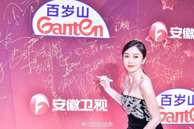 """Đi thảm đỏ """"gắt"""" như Hoàng hậu Tần Lam: Khoe vòng một căng đầy, quyến rũ đến nghẹt thở giữa thời tiết giá rét - Ảnh 4"""