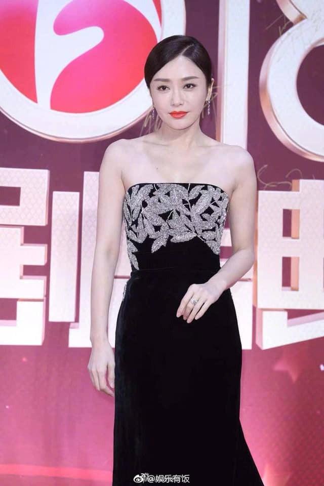 """Đi thảm đỏ """"gắt"""" như Hoàng hậu Tần Lam: Khoe vòng một căng đầy, quyến rũ đến nghẹt thở giữa thời tiết giá rét - Ảnh 6"""