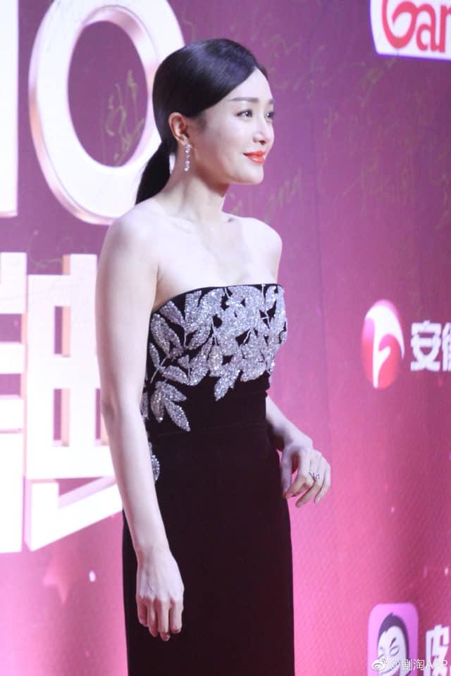 """Đi thảm đỏ """"gắt"""" như Hoàng hậu Tần Lam: Khoe vòng một căng đầy, quyến rũ đến nghẹt thở giữa thời tiết giá rét - Ảnh 7"""