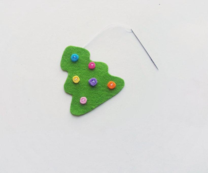 Có thể dùng cúc áo để thay các vải nhỏ trang trí cây thông Noel