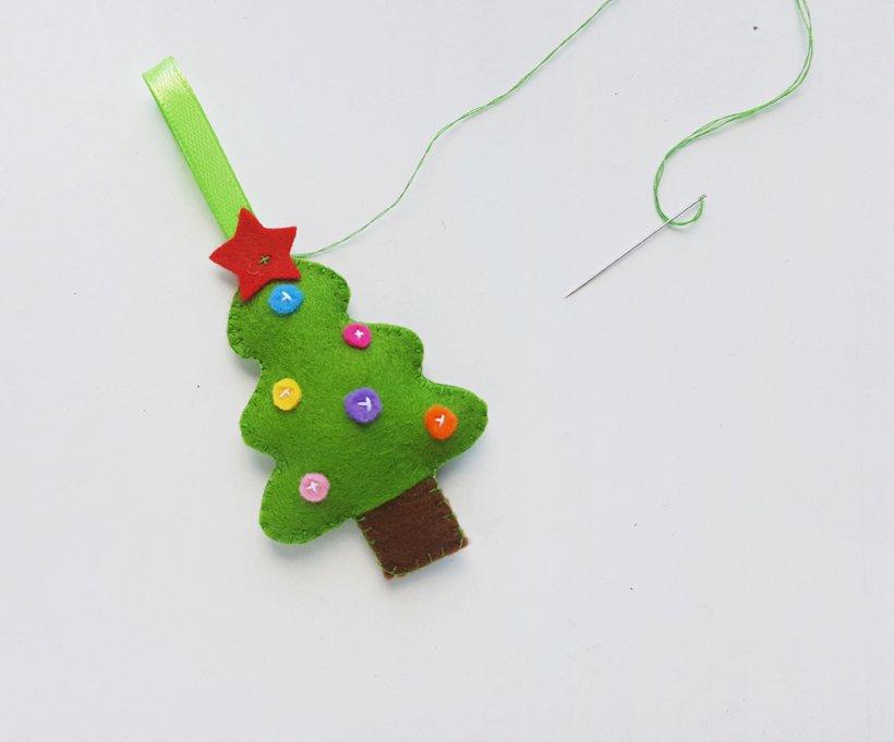 Đính thêm ngôi sao trang trí cây thông cho thêm phần đúng chất Giáng sinh