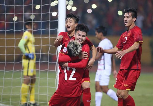 Xúc động với món quà 'có 1 không 2' các nghệ sĩ gửi đến đội tuyển Việt Nam trước trận chung kết lượt về AFF Cup 2018 - Ảnh 1