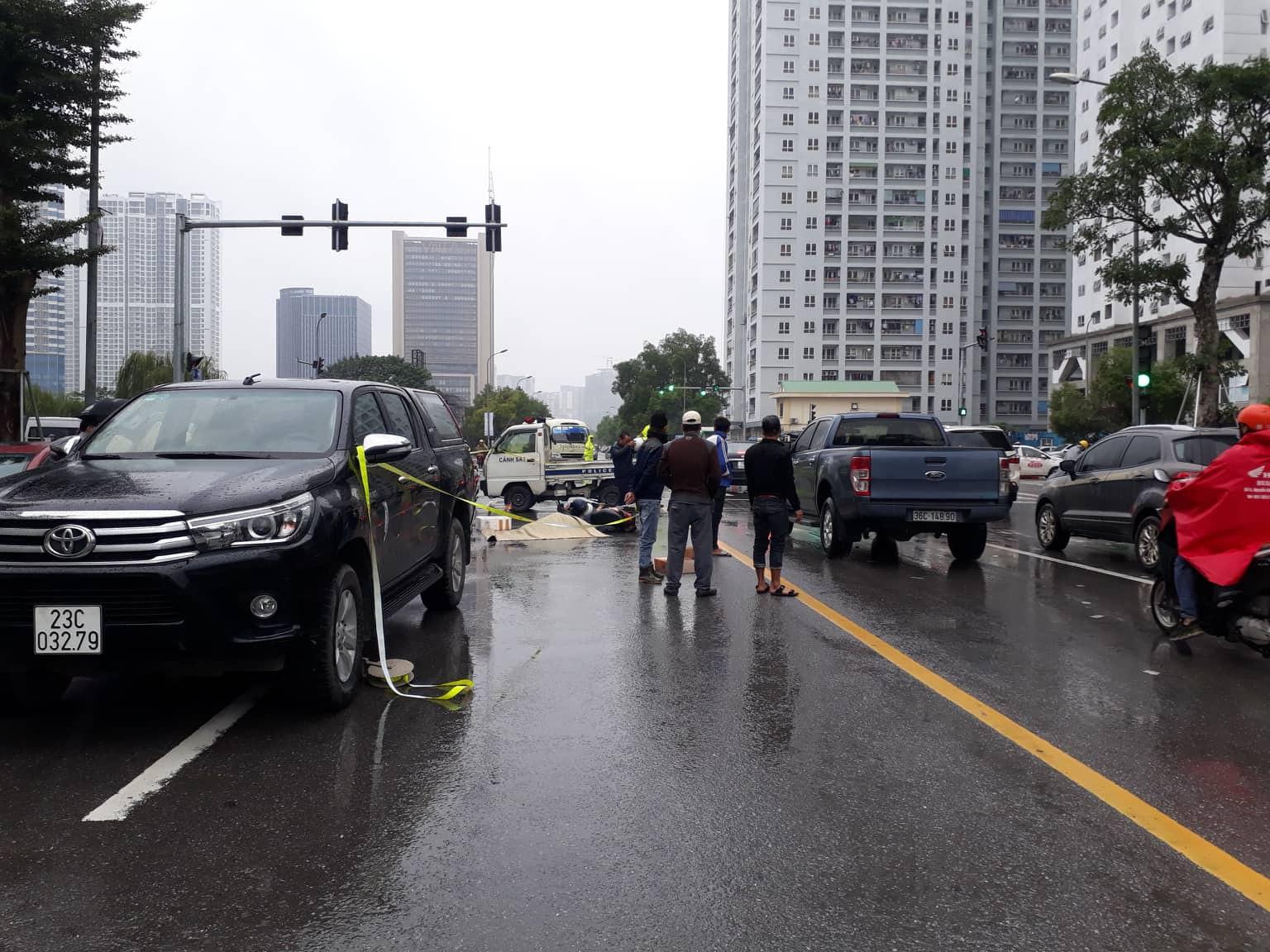 Hà Nội: Xót xa cảnh người đàn ông gục khóc suốt 1 giờ tại hiện trường tai nạn khiến 1 nạn nhân tử vong - Ảnh 1
