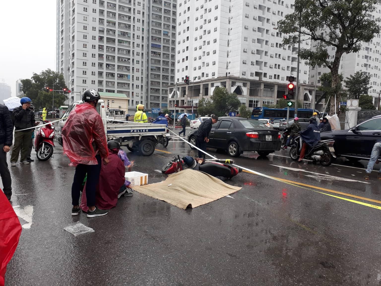 Hà Nội: Xót xa cảnh người đàn ông gục khóc suốt 1 giờ tại hiện trường tai nạn khiến 1 nạn nhân tử vong - Ảnh 2