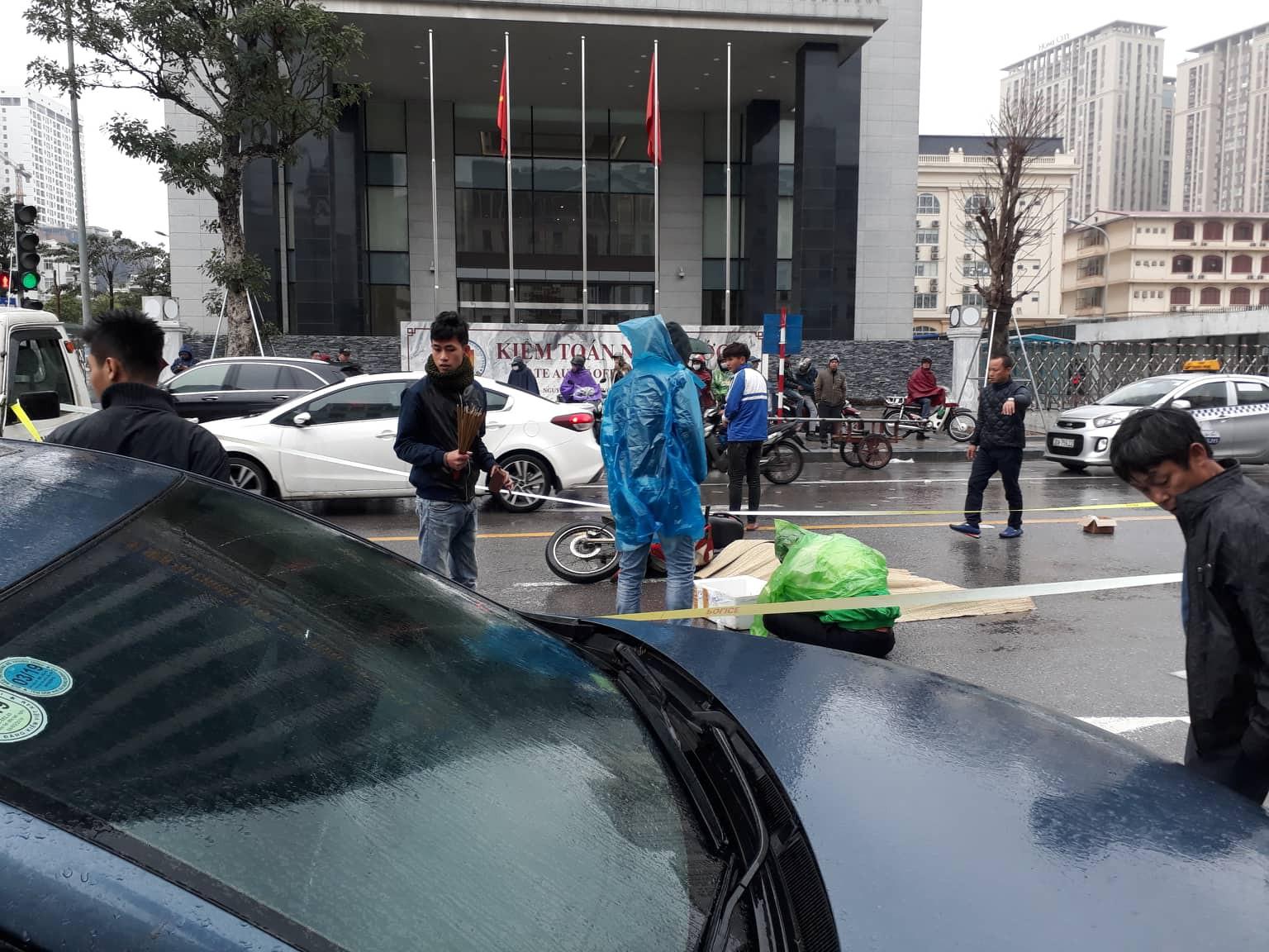 Hà Nội: Xót xa cảnh người đàn ông gục khóc suốt 1 giờ tại hiện trường tai nạn khiến 1 nạn nhân tử vong - Ảnh 4