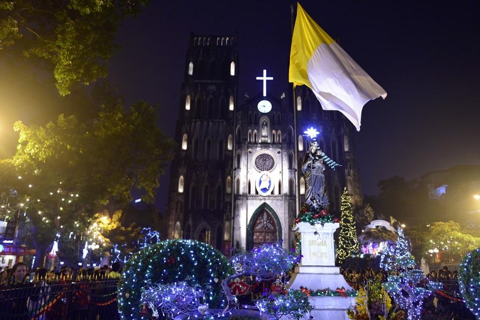 Nhà thờ lớn Hà Nội được trang trí từ rất sớm để kịp đón Giáng sinh
