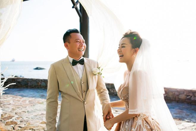 Sau nhiều năm chung sống, Vy Oanh bất ngờ tung ảnh cưới đẹp như cổ tích với chồng đại gia hơn 15 tuổi - Ảnh 1