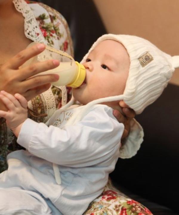Bà mẹ nghi ngờ vì con bú sữa luôn thừa đúng 30ml, biết nguyên nhân bí ẩn thì giật mình - Ảnh 1