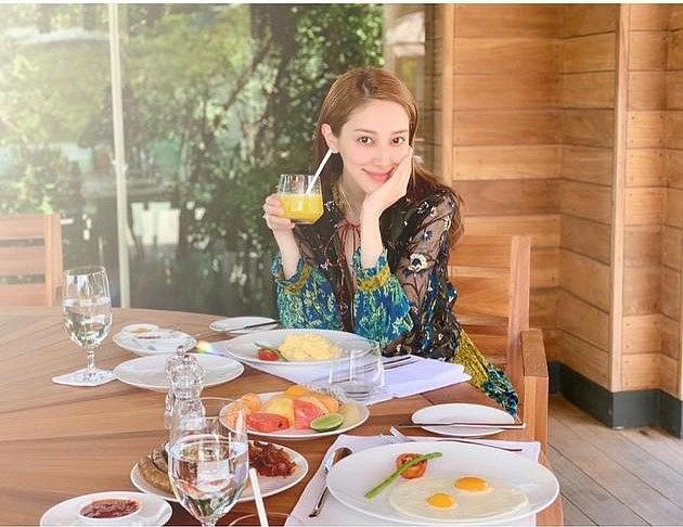 Bà xã Hoa hậu của tài tử Trịnh Gia Dĩnh đăng ảnh đến Việt Nam du lịch, vui vẻ khoe bụng bầu 7 tháng - Ảnh 4