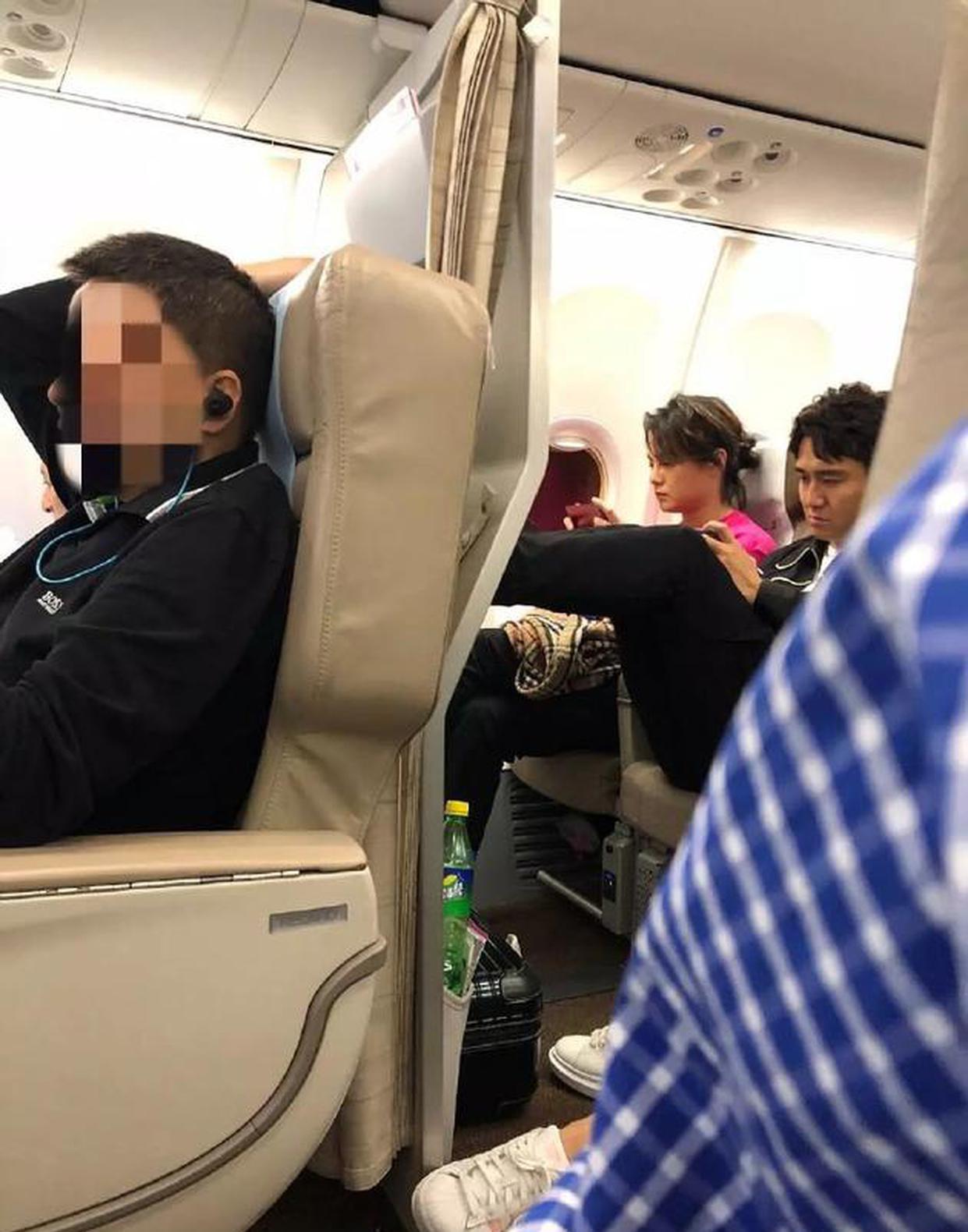 Giữa scandal mua bằng tiến sĩ, Địch Thiên Lâm tiếp tục khiến nhiều người phẫn nộ vì làm điều này trên máy bay - Ảnh 3