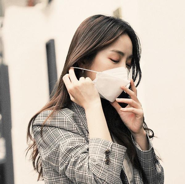 Mẹo trang điểm giúp da mặt luôn mịn màng dù phải đeo khẩu trang thường xuyên - Ảnh 1