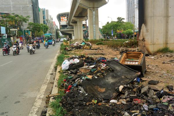 Gầm đường sắt trên cao biến thành bãi rác, điểm giữ xe - Ảnh 1