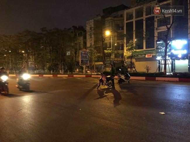 Hà Nội: Nhẫn tâm kéo lê nạn nhân hàng trăm mét trên đường sau va chạm, tài xế xe bán tải bị người dân đuổi đánh trong đêm - Ảnh 5