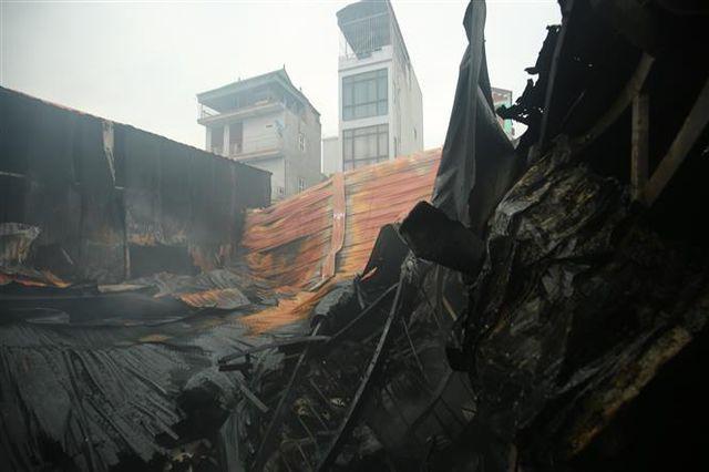 Kinh hoàng: Cháy nhà xưởng lúc rạng sáng khiến ít nhất 8 người tử vong, thiêu rụi nhiều tài sản - Ảnh 1