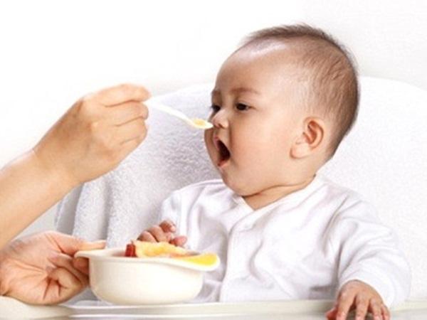 4 sai lầm cho trẻ ăn dặm 99% bà mẹ Việt mắc phải khiến con béo phì vẫn suy dinh dưỡng còi xương - Ảnh 1