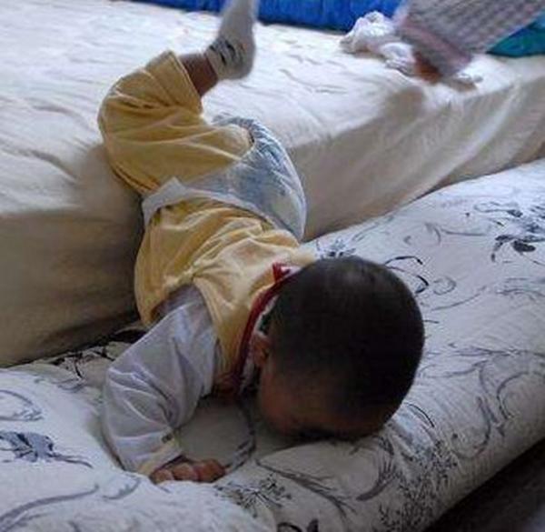Con ngã từ trên giường xuống đất, 90% cha mẹ hành động sai lầm dẫn đến nguy hiểm - Ảnh 1