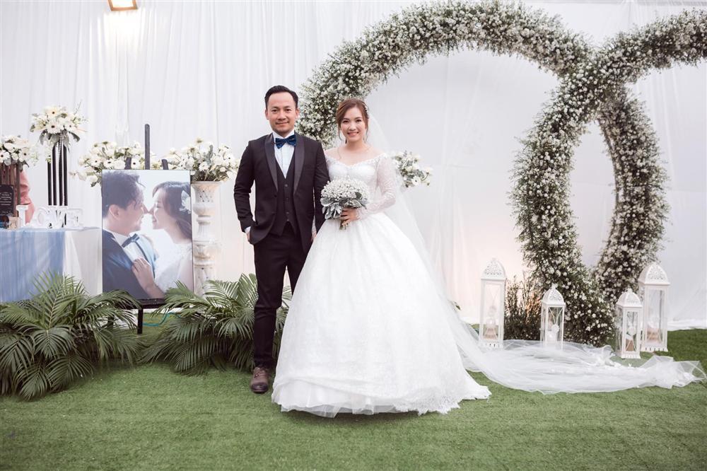 Hết bị đồn cưới chạy bầu lại soi bụng nhỏ to, vợ Đinh Tiến Đạt phản pháo:
