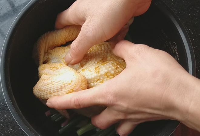 Thả con gà vào nồi cơm điện, 40 phút sau cả nhà được ăn món ngon chưa từng thấy - Ảnh 4