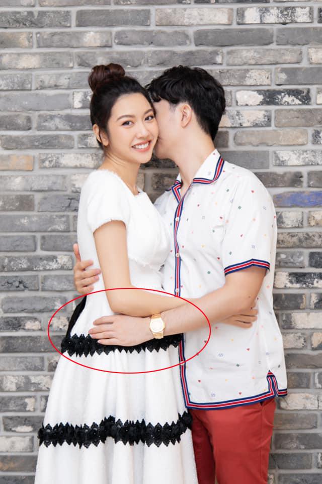 Á hậu Thúy Vân tiếp tục lộ vòng 2 to bất thường khi chụp hình cùng chồng - Ảnh 4