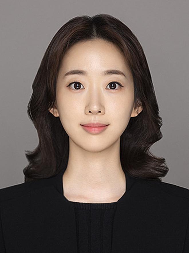 Báo Trung tung ảnh bạn gái luật sư tin đồn của Song Joong Ki: Đúng chuẩn nữ thần ngành luật từng lên sóng KBS! - Ảnh 1