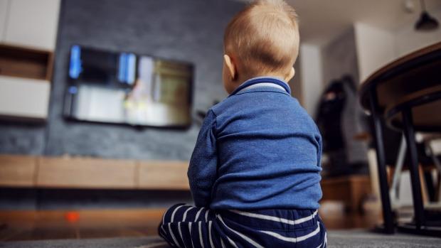 Con trai nằng nặc đòi xem tivi suốt cả ngày, bà mẹ đã nghĩ ra mẹo hay ho giúp con tự giác ra ngoài chơi mà không 1 tiếng khóc - Ảnh 1