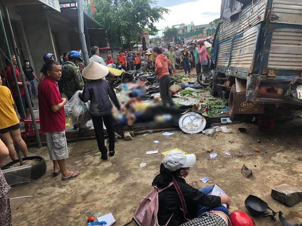 NÓNG: Kinh hoàng xe tải lao thẳng vào chợ, 5 người chết, nhiều người bị thương nằm la liệt - Ảnh 1