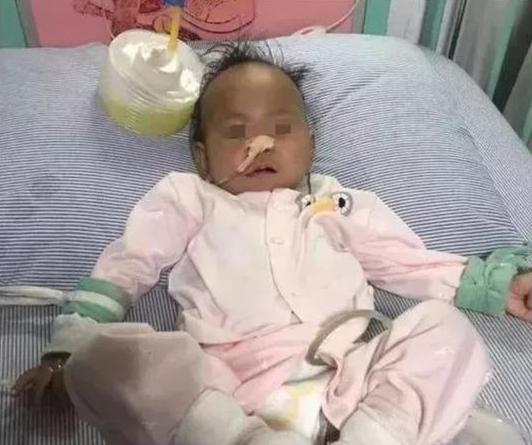 Bé 15 tháng tuổi bị thủng dạ dày sau khi ăn canh sườn hầm bắp do mẹ nấu - Ảnh 1