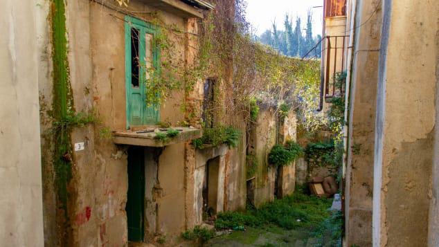 Tuyên bố không có Covid-19, một thị trấn của Italy rục rịch mở cửa trở lại, bán nhà với giá hơn 1 USD - Ảnh 1