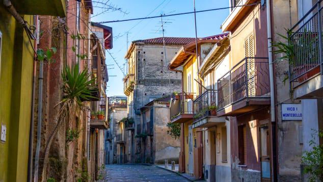Tuyên bố không có Covid-19, một thị trấn của Italy rục rịch mở cửa trở lại, bán nhà với giá hơn 1 USD - Ảnh 2