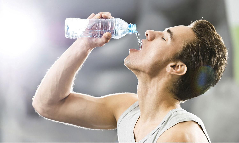 Dấu hiệu tiết lộ cơ thể đang mất nước nghiêm trọng cho dù bạn không thấy khát - Ảnh 1