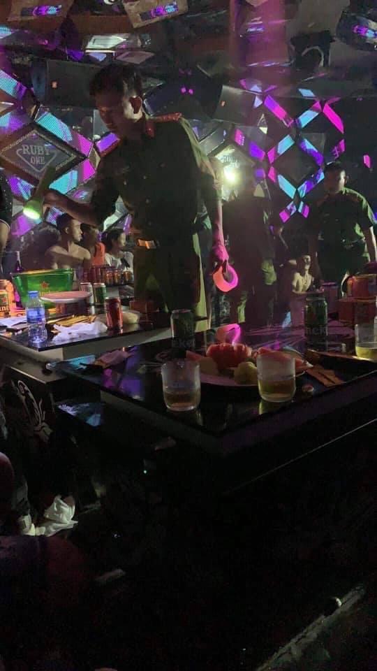 Đột kích quán bar, phát hiện gần 80 'dân chơi' xài ma túy - Ảnh 2