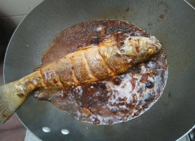 Đừng cho cá vào om trực tiếp, nên thêm bước này món ăn vừa không tanh vừa đều vị - Ảnh 2