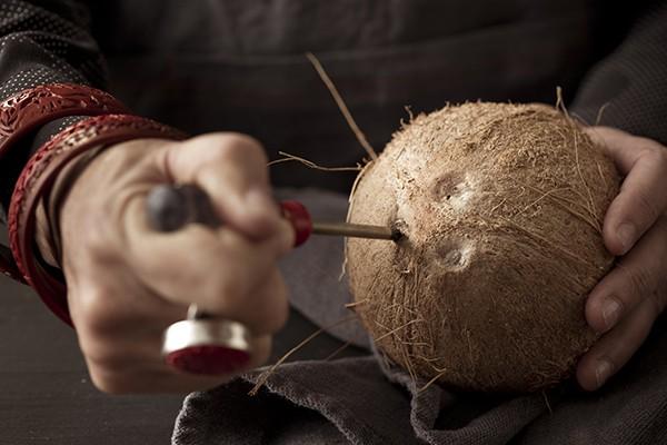 """Mùa hè uống nước dừa là tuyệt hảo nhưng bổ dừa thế nào thì các mẹ học lỏm ngay mẹo """"dễ như ăn kẹo"""" sau - Ảnh 4"""