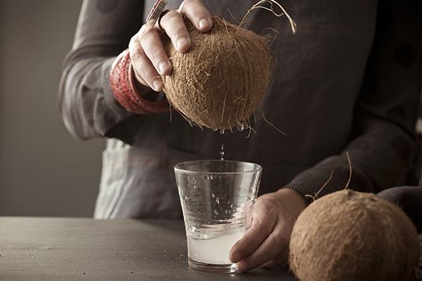 """Mùa hè uống nước dừa là tuyệt hảo nhưng bổ dừa thế nào thì các mẹ học lỏm ngay mẹo """"dễ như ăn kẹo"""" sau - Ảnh 5"""