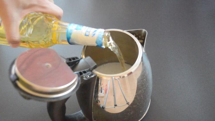 Chỉ cần 2 nguyên liệu đơn giản để cọ ấm siêu tốc sạch bong không cần rửa trong một năm - Ảnh 2