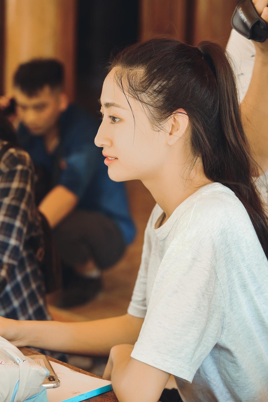 Hoa hậu Lương Thùy Linh xúc động thăm dân vùng lũ, fan khen điều này - Ảnh 5