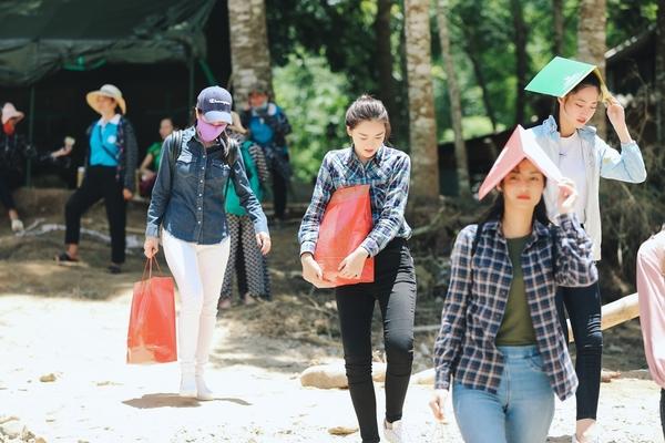 Hoa hậu Lương Thùy Linh xúc động thăm dân vùng lũ, fan khen điều này - Ảnh 6