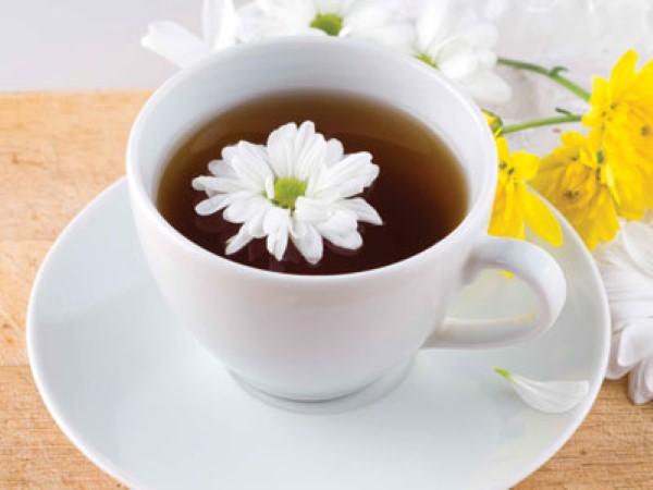 Trà hoa cúc mang lại nhiều lợi ích cho sức khỏe và <a target='_blank' href='https://www.phunuvagiadinh.vn/cham-soc-da-56'>chăm sóc da</a>