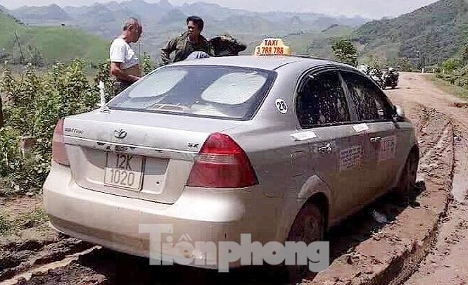 Tìm thấy thi thể tài xế taxi bị 3 đối tượng nước ngoài sát hại - Ảnh 1