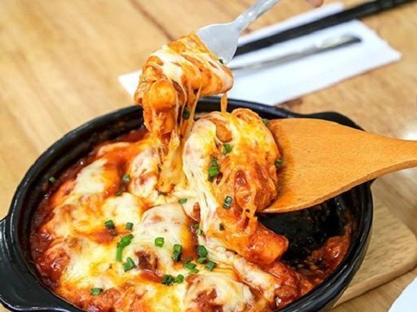 Tự làm Tokbokki phô mai Hàn Quốc siêu ngon tại nhà - Ảnh 1