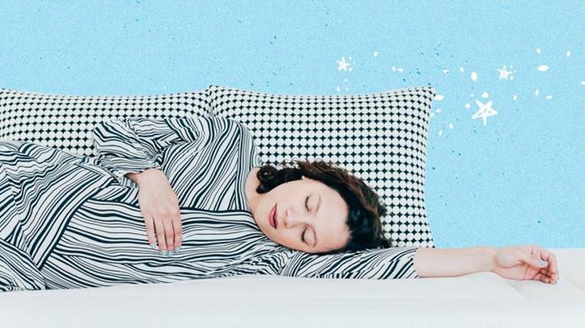 Nằm ngủ sai tư thế có thể làm da khô, mọc đầy mụn - Ảnh 1