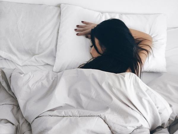 Nằm ngủ sai tư thế có thể làm da khô, mọc đầy mụn - Ảnh 2