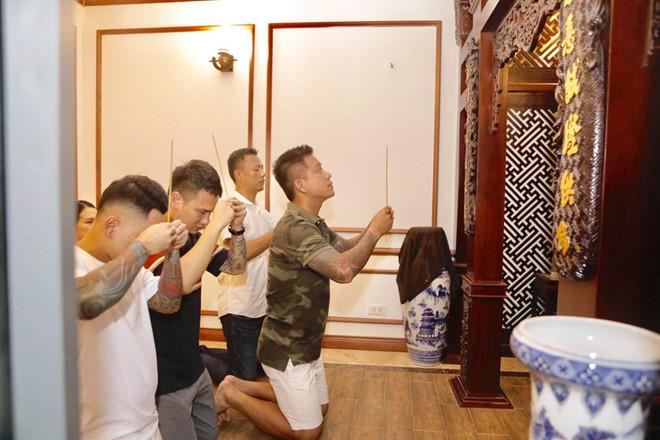 Tuấn Hưng cúng Tổ nghề muộn tại nhà riêng cùng Khắc Việt, Tú Dưa - Ảnh 2