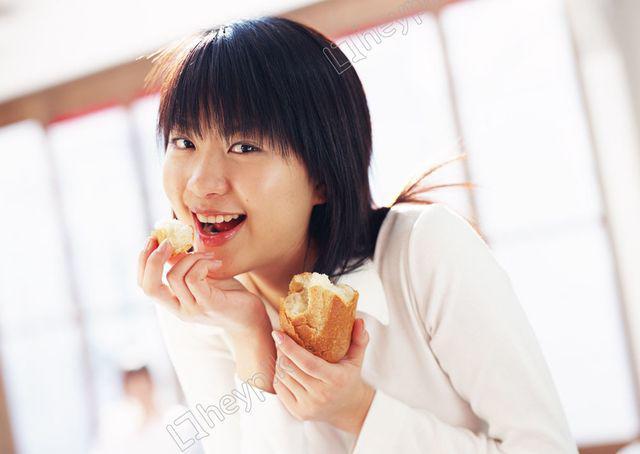 Nữ sinh 22 tuổi bị bệnh tiểu đường chỉ vì thường xuyên ăn… bánh mì - Ảnh 1