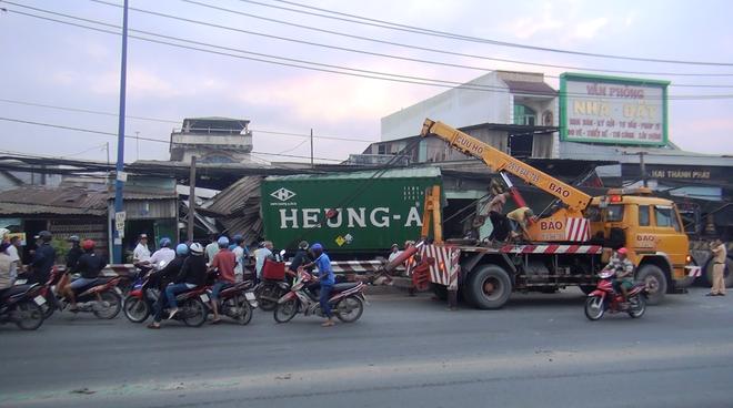 TPHCM: Tránh người chạy bộ qua đường, xe container tông sập hàng loạt ngôi nhà, nhiều người dân la hét kêu cứu - Ảnh 1