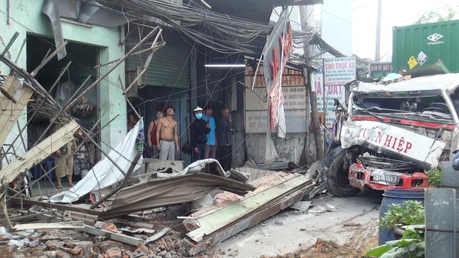 TPHCM: Tránh người chạy bộ qua đường, xe container tông sập hàng loạt ngôi nhà, nhiều người dân la hét kêu cứu - Ảnh 3