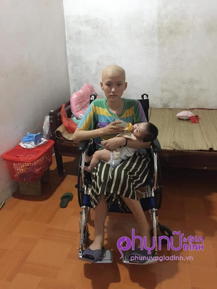 Nhói lòng cảnh mẹ trẻ đầu trọc lóc, ngồi xe lăn cho con uống sữa: 'Xin cho em sống bên con một thời gian nữa' - Ảnh 1