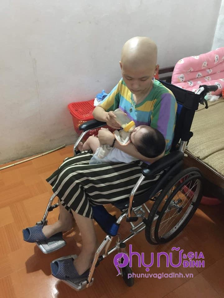 Nhói lòng cảnh mẹ trẻ đầu trọc lóc, ngồi xe lăn cho con uống sữa: 'Xin cho em sống bên con một thời gian nữa' - Ảnh 4